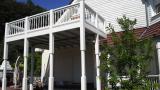 Balkon weiß mit Holzstreben